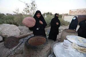 نان هایی که به عشق امام حسین (ع) برای زائران اربعین پخته میشود + عکس