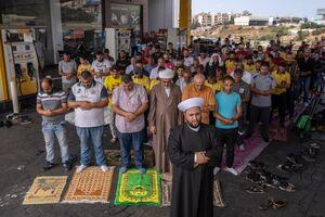 عکس/ اقامه نماز جمعه در پمپ بنزینهای لبنان