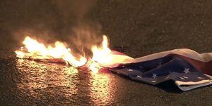 معترضان در یونان پرچمهای آمریکا و ناتو را آتش زدند +فیلم