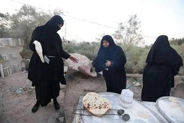 نان هایی که به عشق امام حسین (ع) برای زائران اربعین پخته میشود + عکس 3