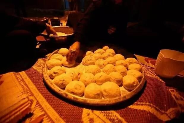 نان هایی که به عشق امام حسین (ع) برای زائران اربعین پخته میشود + عکس 2