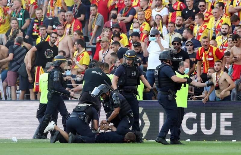 فوتبال فرانسه دوباره میدان جنگ شد +عکس و فیلم