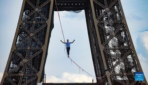 عکس/ بند بازی خطرناک کنار برج ایفل