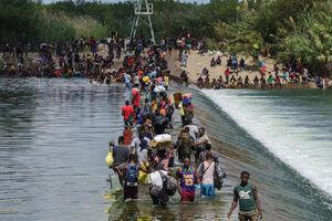 عکس/ بلاتکلیفی پناهجویان در مرز آمریکا