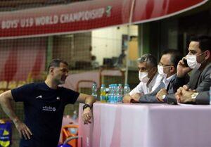 آقای داورزنی! به احترام مربی ایرانی تمام قد بایستید