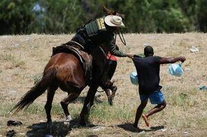 عکس/ برخورد غیرانسانی پلیس اسبسوار آمریکا