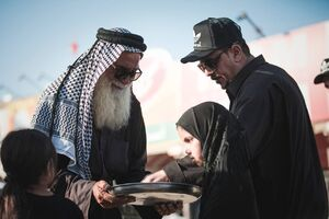 خدمترسانی پیرغلامان حسینی به زوار اربعین در قاب دوربین