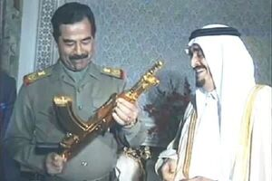 ماجرای اهدای کلاشنیکف طلایی توسط پادشاه عربستان به صدام چیست؟ +عکس