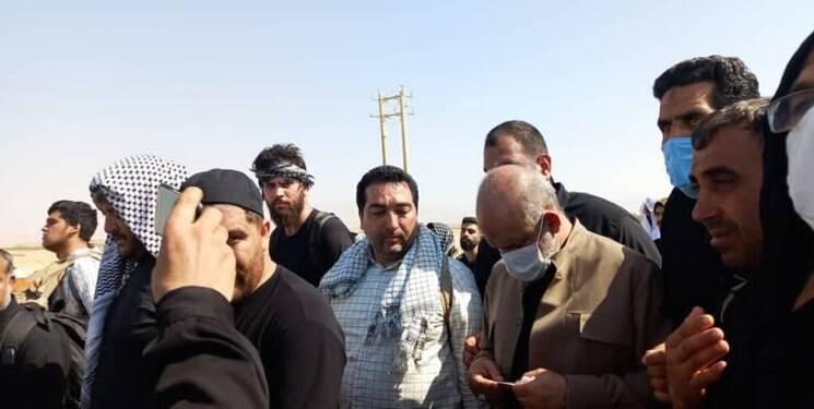پیادهروی دو ساعته وزیر کشور با زوار اربعین در مرز «مهران»