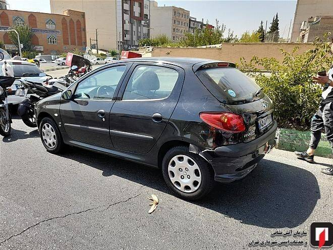 واژگونی پژو ۲۰۶ پس از تصادف شدید با ۳ خودرو +عکس