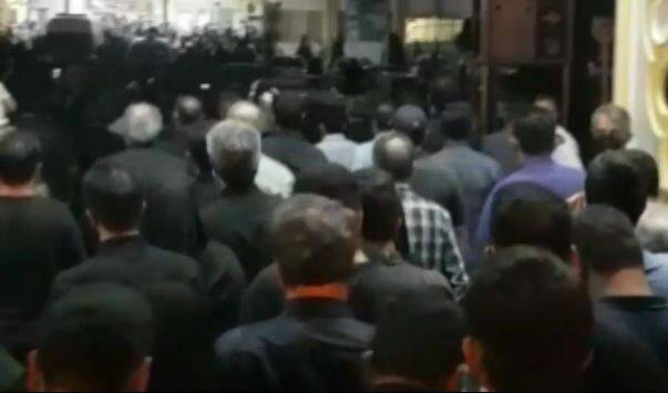 فیلم/ تجمع مردم آمل در پی رحلت علامه حسنزاده آمل در جلوی بیمارستان