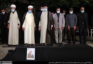 فیلم/ اقامه نماز رهبر انقلاب بر پیکر آیتالله حسنزاده آملی