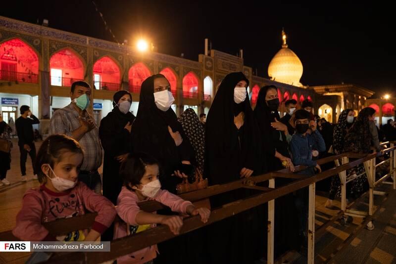 حضور زائرین و مجاورین در مراسم لالهگردانی شب اربعین حسینی در حرم مطهر حضرت شاهچراغ (ع) شیراز