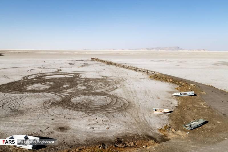 قایقهای تفریحی رها شده در ساحل خشک بندر رحمانلو در جنوب شرقی دریاچه ارومیه دیده میشوند.