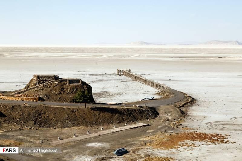 نمایی از اسکله بندر رحمانلو که در طول دو دهه خشکسالی تخریب شده است. بر روی سخرههای کنار ساحل متل رستوران چوبی ساخته شده بود که تمامی وسایل آن با گذشت زمان تخریب و به غارت برده شده است.