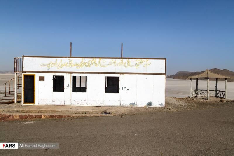 کانکس اداری تخریب شده مرکز تحقیقاتی توسعه صنعت گردشگری و لجن درمانی دریاچه ارومیه در تپهای مشرف به بندر رحمانلو دیده میشود.