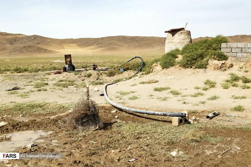 بخشهایی از زمینهای خشک شده و چاههای آب در اطراف دریاچه ارومیه در نزدیکی بندر رحمانلو دیده میشود.