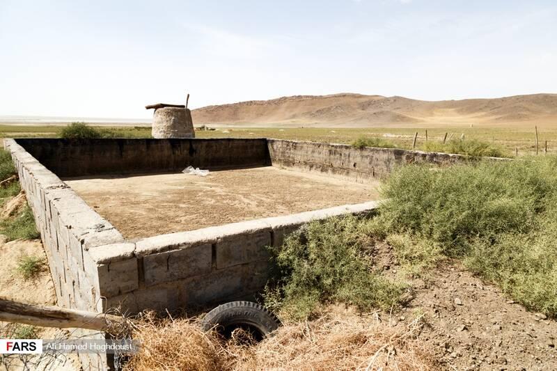 استخر خالی در بخشهایی از زمینهای خشک شده در اطراف دریاچه ارومیه در نزدیکی بندر رحمانلو دیده میشود.