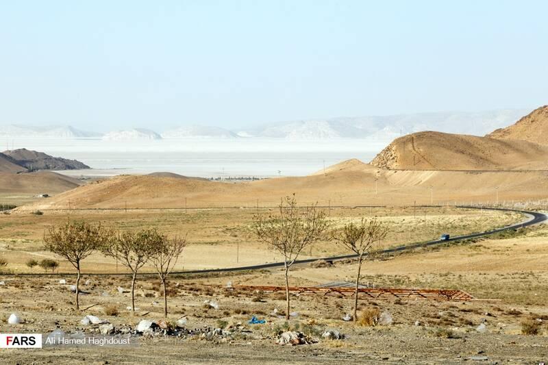 جاده مسیر بندر رحمانلو که به دلیل ریختن زبالههای روستاهای منطقه پر از کیسههای پلاستیکی شده است.