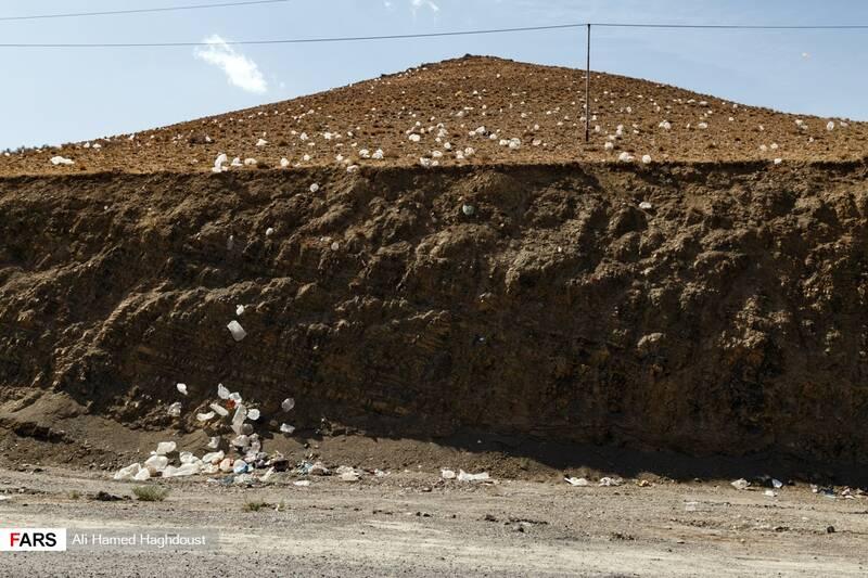 کوههای اطراف جاده  بندر رحمانلو که به دلیل ریختن زبالههای روستاهای منطقه پر از کیسههای پلاستیکی شده است.
