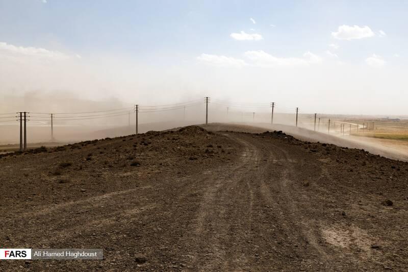 طوفان نمک و گرد و خاک در نزدیکی شهر عجبشیر به مناطق مسکونی رسیده است