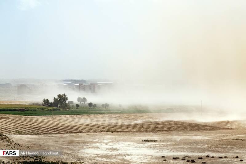طوفان نمک و گرد و خاک در حال گذر از باغها و مزارع نزدیکی شهر عجبشیر است.