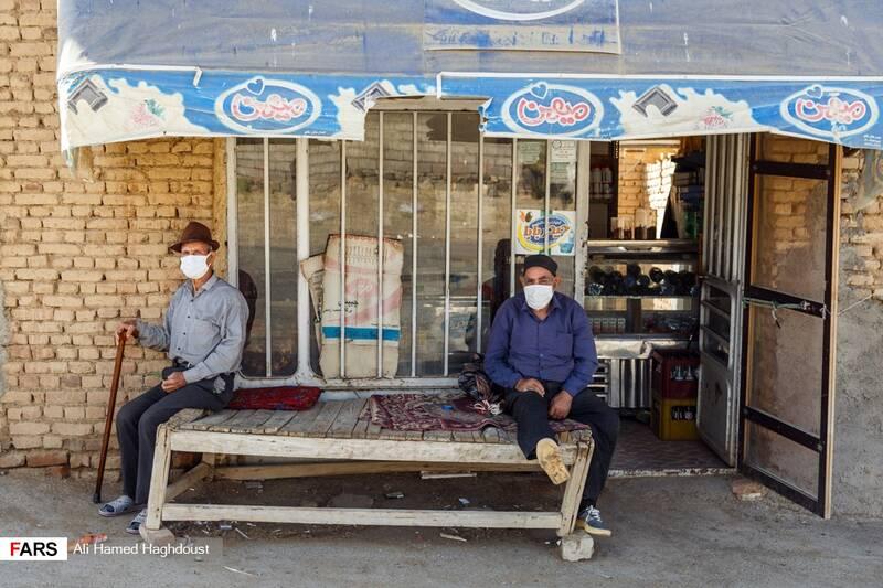 مردان روستایی، عزت قنبری (راست) و عزیز علیزاده (چپ)  اهل روستای رحمانلو در ساحل بندر رحمانلو، برای حفاظت خود از ذرات طوفان نمک و گرد و خاک معلق در هوا و بیماری کرونا از ماسک استفاده میکنند