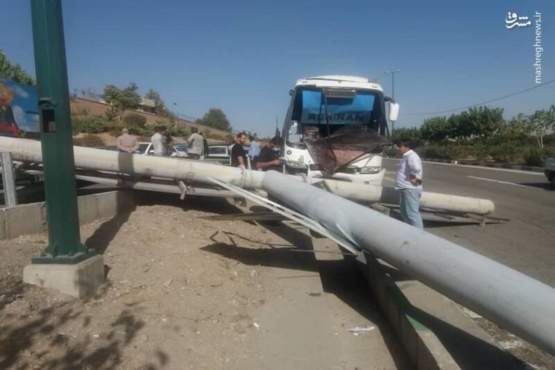 تصادف شدید اتوبوس با پایههای تابلو در بزرگراه یاسینی +عکس