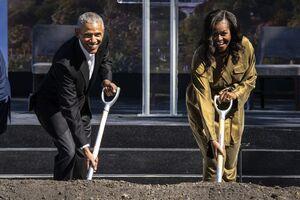 عکس/ اوباما و همسرش در حال بیل زدن