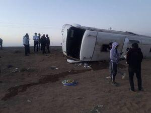 عکس/ واژگونی اتوبوس با ۳۳ مصدوم در دامغان