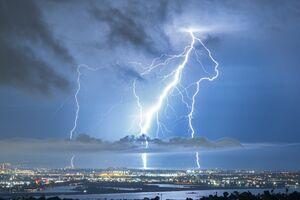 عکس/ لحظه خاص از برخورد صاعقه در آسمان