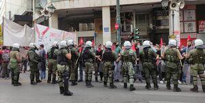 پرتاب گاز اشک آور پلیس ضد شورش به تظاهرات کنندگان در آتن