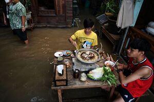 عکس/ ناهار در رستوران سیلزده