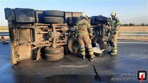 عکس/ واژگونی کامیونت حامل بار مرغ در بزرگراه