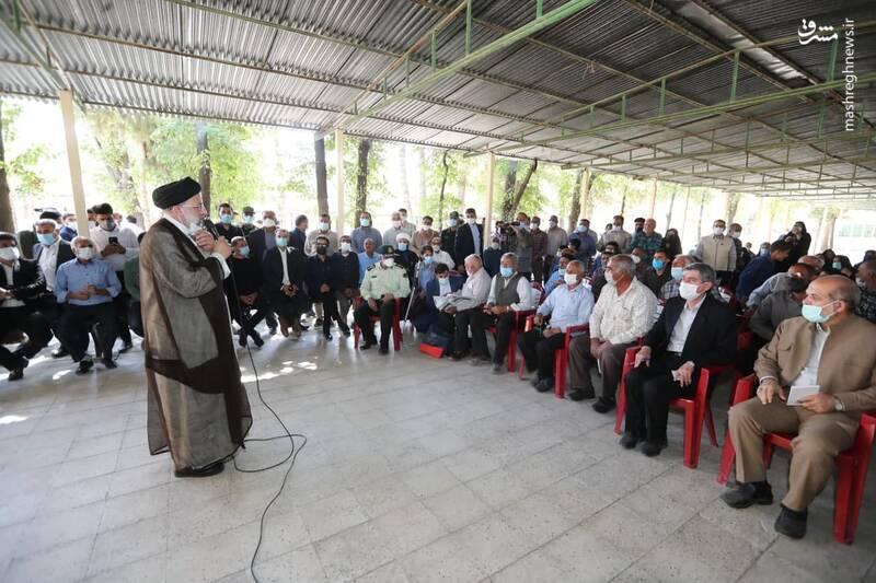 عکس/ گفتگوی رئیسی با اهالی روستای کرانه