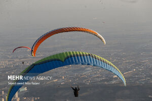 عکس/ جشنواره ورزش های هوایی در دریاچه خلیج فارس