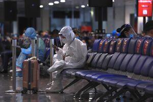 عکس/ مسافری با لباس محافظ کامل در برابر کرونا