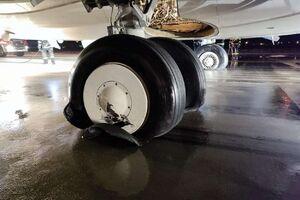 عکس/ ترکیدن لاستیک هواپیما هنگام فرود