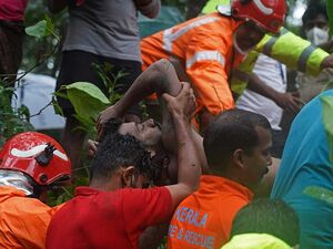 عکس/ بیرون کشیدن یک جنازه از سیلاب