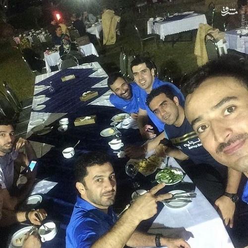 عکس/ ظریف و ستارههای والیبال دور میز شام