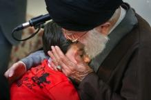 عکس/ فرزند شهید مدافع حرم در آغوش رهبر انقلاب