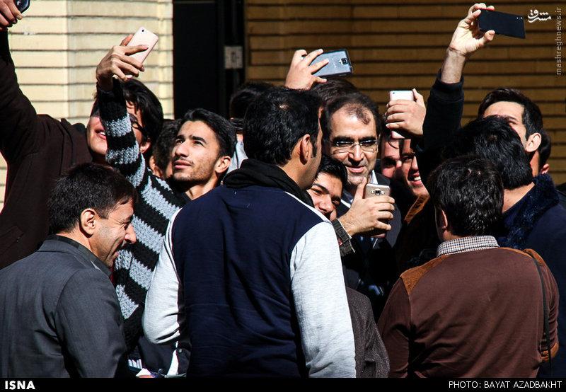 عکس/ وزیر بهداشت در محاصره سلفی بگیران
