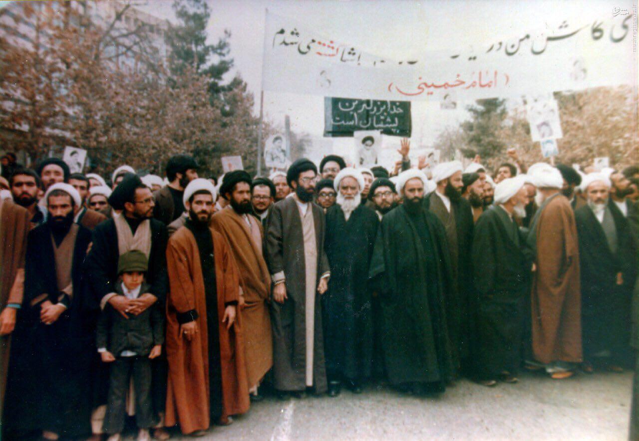 عکس/ رهبر انقلاب در راهپیمایی علیه رژیم پهلوی