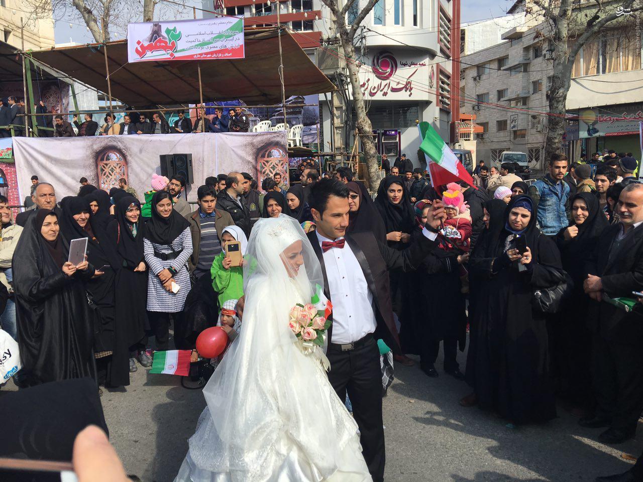 عکس/ شرکت در راهپیمایی با لباس عروسی