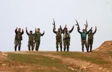 عکس/ نماز رزمندگان سوری در شهرک آزادشده کفین