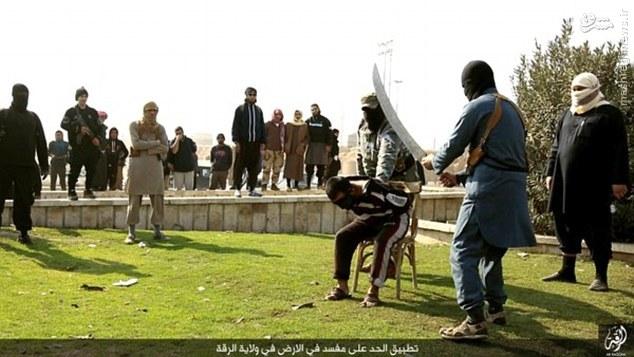 اعدام وحشیانه یک اسیر بدست داعش با شمشیر +عکس