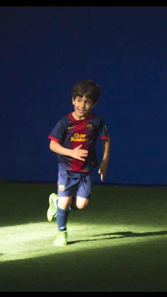 فوتبالیست ایرانی به بارسلونا پیوست + عکسدیاکو شیدایی بازیکن دورگه ایرانی – کانادایی با قراردادی از تیم تورنتو به بارسلونا منتقل شد.به گزارش قدس آنلاین، بازیکن ایرانی الاصل جدید بارسلونا که از 3 سالگی فوتبال را آغاز کرده با تمهیدات جدید مسئولان این تیم، به همراه خانواده اش در بارسلونا اسکان یافته تا در لاماسیا مراحل رشد خود را پشت سر بگذارد. او اکنون 9 سال سن دارد.