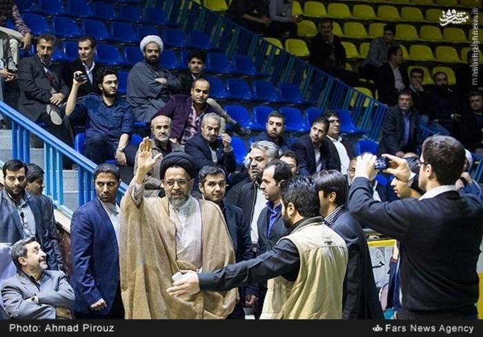 حضور غیر قانونی وزیر اطلاعات در تجمع انتخاباتی/ حمایت نماینده دولت از یک جریان سیاسی!