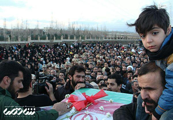 عکس/فرزند شهید مدافع حرم در کنار پیکر پدر