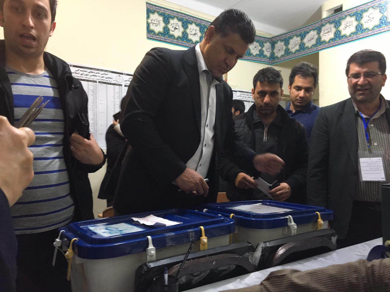 عکس/ محبوب ترین مرد فوتبال ایران در حال رای دادن